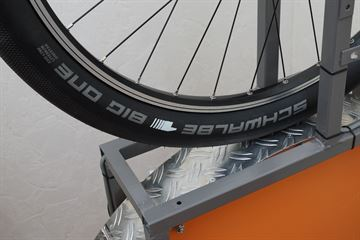 picture of a Schwalbe Big One LiteSkin on a rolling resistance test machine