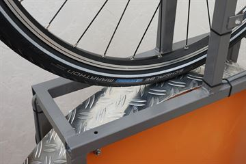 picture of a Schwalbe Marathon (GreenGuard) on a rolling resistance test machine