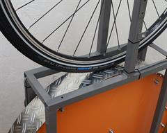 Schwalbe Marathon Plus Touring/E-Bike tire on a rolling resistance test machine